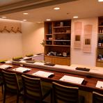 カウンターの席もゆとりのある配置となっており、おひとりさま・接待・カップル・家族連れでも楽しくお寿司をいただけます。大将とのコミュニケーションや美味しいお寿司に、会話も弾みます。