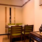 寿司屋というと高級で敷居が高いイメージの方も少なくないと思いますが、【鮨まつもと】は休日に家族連れのお客さんも多くアットホームな雰囲気。カウンターもテーブル席もあるので、好きな席でお寿司を楽しめます。