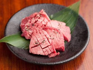 噛みしめるごとにジューシーな食感を楽しめる『厚切り牛タン』