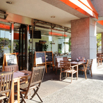 夏はビアガーデンなども行うテラス席は、冬でも晴れた日はポカポカの日当たり。居心地良さ満点。
