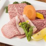 和牛の中で一番の霜降りで柔らかい食感のザブトン、霜降りの甘さと赤身の旨味が合わさった通好みの味わいのいちぼ、もも肉の中で最も味の良い霜降りの入ったトモサン。貴重な部位を味わえる豪華な一皿です。
