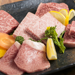 ザブトン、いちぼ、トモサン、らんぷ、サーロインなど、日によって仕入れた良いものを楽しめます。食材を引き立てる優しいたれ、みそだれ、塩だれ、お肉に負けないしっかりめのたれ、どれもオリジナルの味わいです。