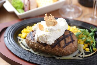 ビーフ100%手ごねハンバーグ。お肉に合うソースでさっぱり『クリーミーガーリックハンバーグ 300g』