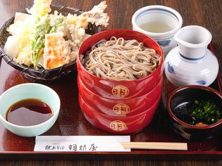 冷たいそばと熱々揚げたて天ぷらが楽しめる『天ぷら割子そば』