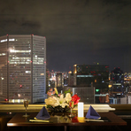 大きな窓に囲まれたカップルシート。美しい夜景を目前に記憶に残る特別な時間を過ごせる場所です。デートのディナーや記念日に大切な人と会話を楽しみながら乾杯。