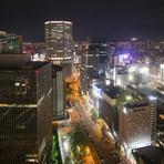 49階にある店内から望む美しい東京の街並み。窓側の席を選べるのもうれしいポイントです。食事とお酒を楽しみながら至福のひと時を。