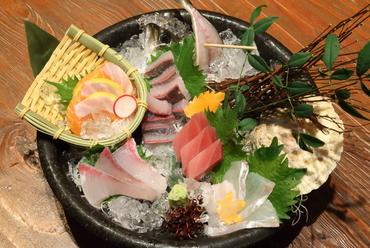 季節の魚介を目にも鮮やかな盛り合わせにした『おまかせお造り5種盛り』