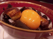 たっぷりの黒トリュフを使った 特製のソースでいただく卵かけごはんです 期間限定でフォアグラのソテーをご用意しています よく混ぜるとフォアグラとトリュフの薫りがたちのぼり最高です