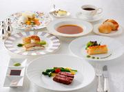 「ハモンセラーノ」や「国産牛ロースのステーキ」など堪能できます。このコースを予約すると、窓際席を用意してくれます。