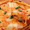 高温でパリッと焼き上げられた人気の定番ピザ『マルゲリータ』