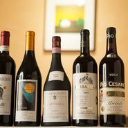 北イタリアで醸造されるネビオーロ種の熟成したワインが好きだというシェフですが、店で出すのは当然食事に合うことを追求。季節によって変わるメニューに合わせたボトルを提供しています。