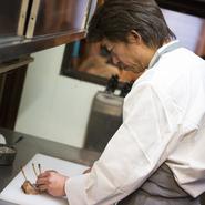 基本的にお客様には、食事の時間を楽しんでもらえるということが一番です。その中で、生産者さんのエネルギーなどが、皿の中から伝われば良いと思って料理に向き合っています。