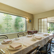 接待・会食で重要な「空間」と「お食事」。【ヌキテパ】ではゆっくりとした個室で、フレンチ界の名手・田辺シェフならではのここでしか味わえない料理を楽しめます。印象深いひとときになること間違いなしです。