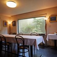店内に2部屋ある個室は、どちらも落ち着いた雰囲気で、ゆっくりと食事や会話を楽しめます。4名から10名まで利用できるので、接待・会食、顔合わせや記念日等、幅広いシーンへの対応が可能です。