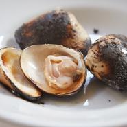 蝶番を取り除くことで、焼いても貝が開かずに旨みを逃しません。豊かな香りとたっぷりの旨みが真骨頂。