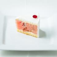 看板メニューのひとつ、『スイカのケーキ』。ウェディングのコースメニューにもしっかり登場です。スイカをそのまま使ったという斬新なショートケーキは、見た目も可愛らしく、ゲストの歓声も上がります。