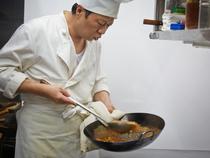 シェフ自らが客席に赴き、料理の説明をします