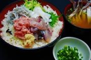 まぐろ中落ち/旬の白身魚/釜揚げシラス/イカ/吸物つき 4種ネタで、満足の海鮮丼