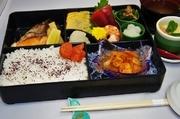 旬魚の焼き魚とお刺身・小鉢・その他一品などを盛り込んだランチセットです。