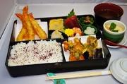 海老天ぷら4本!・かき揚げ・お刺身に小鉢の内容になっております。