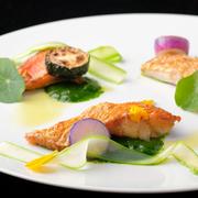 旬の食材を使用した毎日メニューが変わるシェフのおすすめコース9品。  <シェフのお皿たち>  アミューズ、第一の皿、第二の皿、魚料理、肉料理、チーズ、一口デザート、デザート、プティフール、カフェ