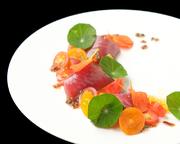 カツオの表面を軽く炙り、彩りトマトで軽やかな酸味と生姜のアクセントで仕上げました。