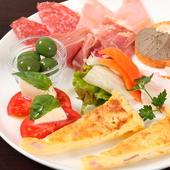 人気の本日のキッシュが含まれた、肉、野菜、魚全てが味わえる一皿『おまかせ前菜の盛合せ』 1人前/2人前