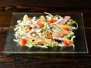 ヘルシーで彩りも美しく、女性に人気の『海鮮カルパッチョ』