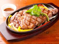 200gとボリューム満点のステーキ。お肉好きの人はぜひトライ