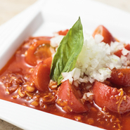 使用するのは糖度の高いフルーツトマト。ここに浅漬けのキムチ、バジルをあわせた清涼感ある一品。