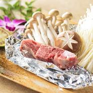 滋味豊かな山の恵み茸と一緒にホイルで焼き、牛フィレに香りづけ。塩、こしょう、バターで味付け。