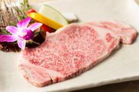 常温でとろけるほど綺麗にサシが入った米沢牛は、その大きさおよそ200g。わさび醤油などでどうぞ。