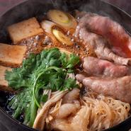 専属の仲居さんが付きっきりですき焼きを調理します。1枚目の肉から〆の『おじや』まで丁寧に、最高の美味しさを余さず提供してくれます。最初は割り下を濃いめにし、徐々に薄めていくことで絶妙な味を保ちます。