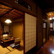 """全6部屋とも、落ち着いた時間を過ごすことができる座敷の個室。玄関や各部屋に漂う日本らしさ、老舗の雰囲気は海外客からも喜ばれています。先代は""""モダン和風""""、5代目店主は""""純和風""""を好んで店内の空間づくり。"""