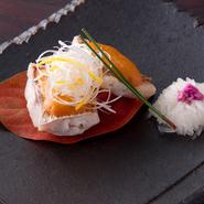 上には白髪ネギと柚子の千切りが飾られています。カブの酢漬けは、職人の細かい技術が光ります。