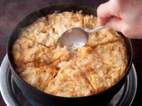 通常の雑炊よりも固く、キッシュのように切り分けます。すき焼きに使った溶き卵をかけて食べるのがお勧め。