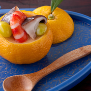 """職人の技が光るお通しは基本的に肉を使用せず、旬の魚と野菜を調理。すき焼きから""""引き算""""された味付け。"""