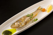韓国料理の定番。魚(イシモチ)の一夜干しを唐揚げして…
