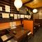 博多祇園山笠の手ぬぐいが飾られた博多色が感じられる店内