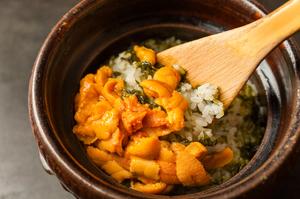 半生のウニを贅沢に味わう『ウニの炊き込みご飯』