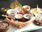先付とたっぷりの料理がのった籠盛が特徴。天ぷらもお刺身も食べられる、良いとこどりの御膳。先付、籠盛(お造里、炊合せ、茶碗蒸し、八寸、小鉢)、天ぷら、ご飯、止椀、香物 デザート ホットコーヒー又は紅茶