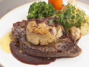 コースのメイン料理、贅沢な味わいの『黒毛和牛ステーキ』