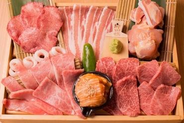 素材に一切の妥協なし、お刺身のような美しさ『千里庵のお肉の箱盛り』