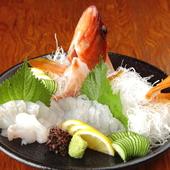 その日に採れた新鮮な魚介類を、リーズナブルな価格で味わえる 『牛深直送鮮魚の刺身盛り』
