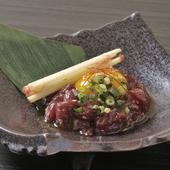 宮崎県産、希少な霜降り馬刺しを贅沢に使用。『極上桜ユッケ』は口どけ良く、旨みを堪能できる逸品