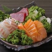 その日仕入れの新鮮な魚介をふんだんに盛り合わせた『お刺身盛り合わせ』で旬の味を堪能