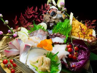 旬の新鮮な魚介類を使用した『刺身盛り合わせ』
