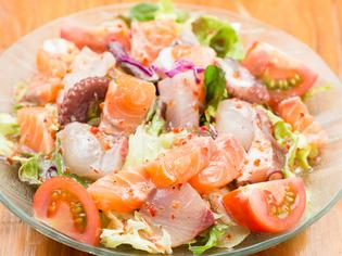 刺身と同じ新鮮な魚が入った『特製蘭丸サラダ』