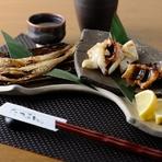 シンプルな調味が旨みを引き立てる『炭火魚介盛合わせ』