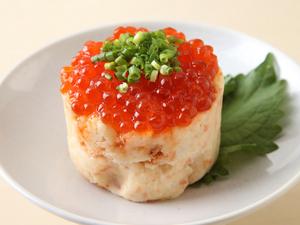 こぼれそうなイクラに思わず笑みがこぼれる『鮭のほぐし身と いくらのポテトサラダ』